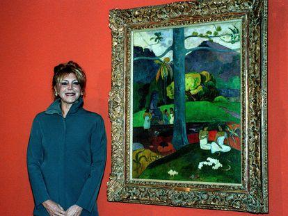 Carmen Cervera posa ante el cuadro de Paul Gauguin 'Mata Mua', en la inauguracion en 1999 de la exposicion 'Del impresionismo a la Vanguardia' de la coleccion Carmen Thyssen-Bornemisza.