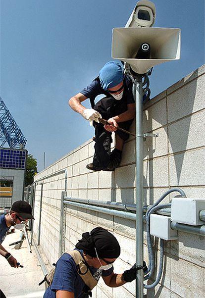 Los jóvenes desarman las cámaras de seguridad.