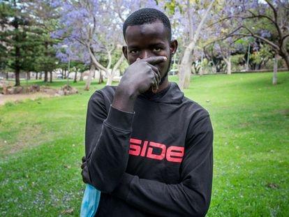 Moussa, uno de los tres supervivientes de la patera con 24 fallecidos encontrada a la deriva a 500 kilómetros de El Hierro, posa en el parque de La Granja, en Santa Cruz de Tenerife.