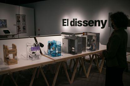 Cuatro de los prototipos y el respirador definitivo OxyGen, creados por Protofy.xyz que pueden verse en la exposición ¡Emergencia! en el Museo del Diseño de Barcelona.