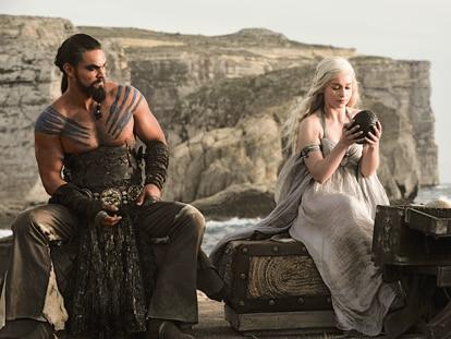 Jason Momoa y Emilia Clarke, en la serie 'Juego de tronos'.