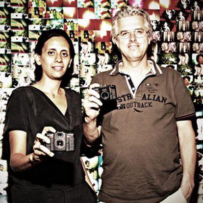 Matthias Fiegl y Sally Bibawy posan frente a uno de los murales instalado en la tienda de Madrid de Lomography.