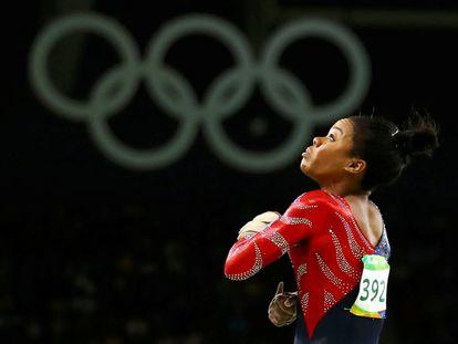 Gabrielle Douglas compitiendo durante los juegos de Río.