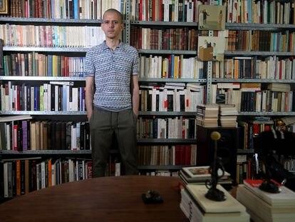 Abdelá Taia, escritor marroquí, posa en la la sede de la editorial Cabaret Voltaire, el 2 de julio en Madrid.