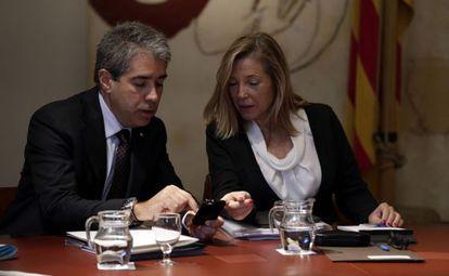 La vicepresidenta de la Generalitat, Joana Ortega, conversa con el consejero de Presidencia, Francesc Homs, en una foto de archivo.