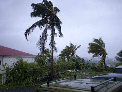 El huracán María azota este martes la ciudad Petit-Bourg, en la isla de Guadalupe.
