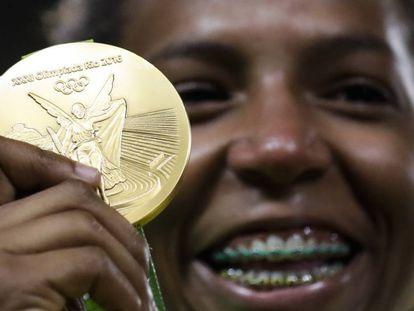 Rafaela Silva muestra su medalla de oro en judo.