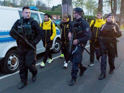 Los jugadores del Dortmunf, tras las explosiones.