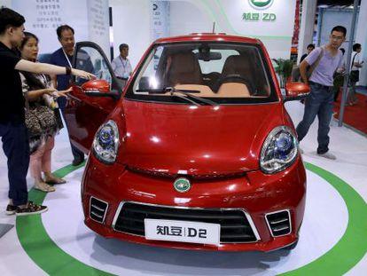 Visitantes ante un coche eléctrico en la feria de Pekín.