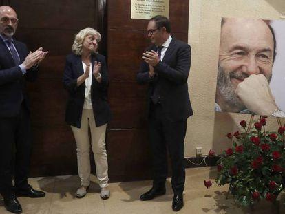 Pilar Goya, viuda de Rubalcaba, entre el rector de la UCM, Joaquín Goyache, y el decano de la facultad de Química, Francisco Ortega. En vídeo, la viuda de Rubalcaba agradece las muestras de cariño recibidas.