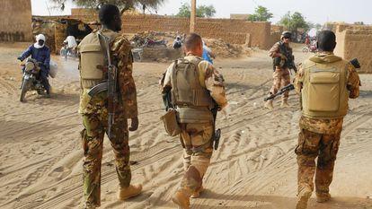 Soldados de la Operación Barkhane patrullan con militares malienses en Menaka, Malí, en la región de Las Tres Fronteras, en el confín de ese país con Níger y Burkina Faso, en noviembre de 2019.