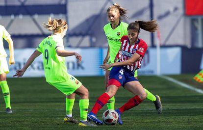 Lola Alexandrei (d) controla el balón ante Mariona Caldentey (i).