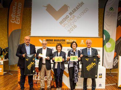 Los organizadores y patrocinadores del Medio Maratón Trinidad Alfonso.