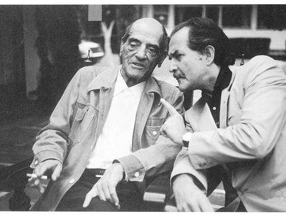 El cineasta Luis Buñuel con Carlos Fuentes.