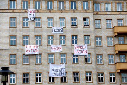 Los berlineses protestan contra la especulación y la venta de los pisos que alquilan en un edificio de la avenida Karl Marx en la capital alemana, en 2018.