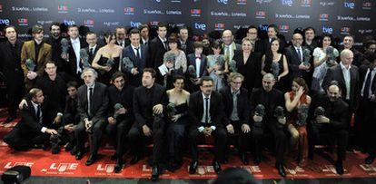 Los premiados posan en la foto de familia después de la 25 gala de los Goya.