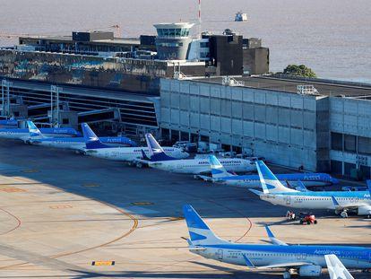 Aviones de Aerolíneas Argentinas en el aeropuerto Jorge Newbery de Buenos Aires, el 29 de abril de 2020.