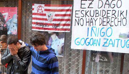 Dos amigos del fallecido se retiran llorando en la concentración del lugar donde resultó herido Iñigo Cabacas.