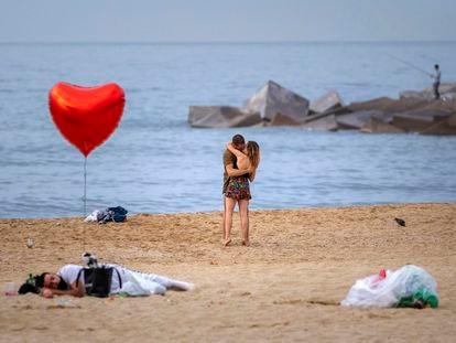 Una pareja en una playa de Barcelona, el pasado domingo 20 de junio.
