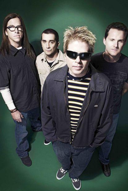 Dexter Holland, con gafas de sol y calzando Vans, junto al resto de The Offspring.
