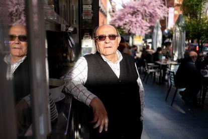 Manolo (75 años), votará a Ayuso en las próximas elecciones y es el dueño del bar La Tapa, ubicado en la Plaza de Tirso de Molina.