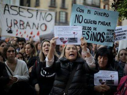 Protesta masiva en Sant Jaume y donaciones por el animal abatido por un guardia urbano en Barcelona