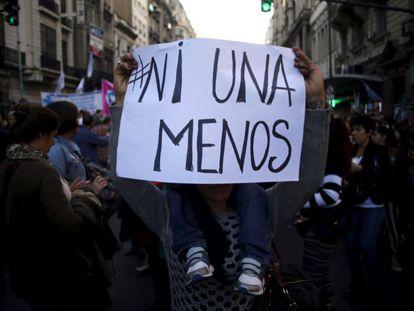 Pancarta con el lema #NiUnaMenos en la marcha de Buenos Aires el 3 de junio de 2015.