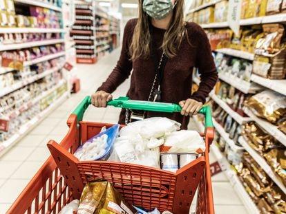 Una mujer hace la compra en un supermercado de Madrid.