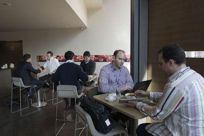 Los emprendedores cuentan su proyecto a los inversores.