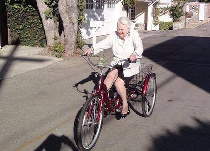 Olivia de Havilland, retratada hace dos años montando en triciclo por las calles de París.
