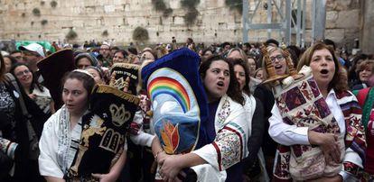 Mujeres judías con la Torá tras rezar en el Muro de las Lamentaciones de Jerusalén.