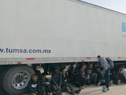 Migrantes centroamericanos hallados en un camión abandonado en Chiapas, este lunes.