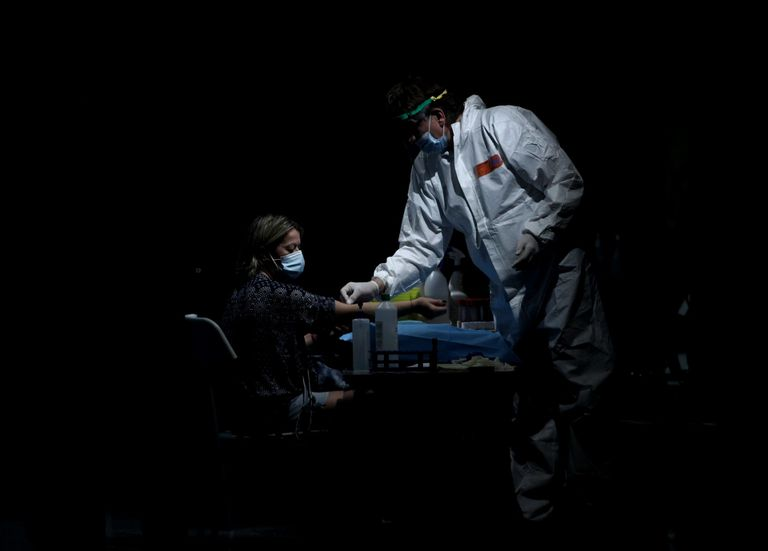 Un sanitario saca sangre a una mujer en el Centro de las Artes Auditorium Municipal de Arroyomolinos, Madrid (España), el 7 de septiembre.