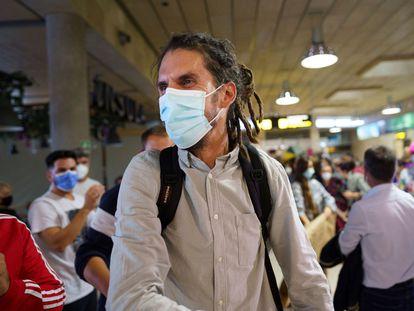 El diputado de Unidas Podemos, Alberto Rodríguez, a su llegada el sábado a la terminal del aeropuerto Tenerife Norte.