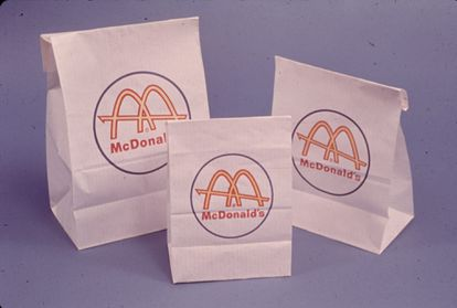 De 1961 a 1968 McDonald's apostó por un 'packaging' blanco con los arcos dorados.