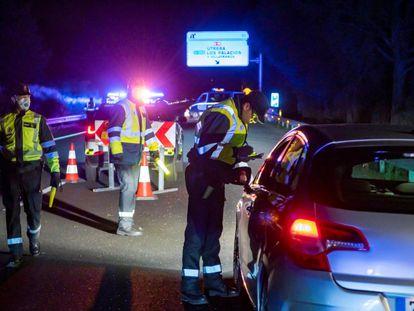 Control de movilidad interurbana de la Guardia Civil de Tráfico en la AP 4, a la altura de Los Palacios y Villafranca, durante el estado de alarma por el coronavirus, en abril de 2020.