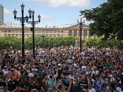 Manifestantes muestran su apoyo al gobernador Serguéi Furgal, el pasado lunes, en Jabárovsk.