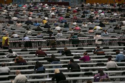 Los aspirantes durante las pruebas en los pabellones de Ifema.