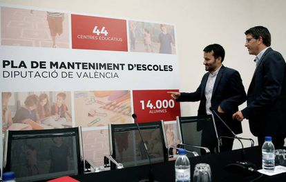 El consejero de Educación, Marzà, a la izquierda, con el presidente de la Diputación de Valencia, Rodríguez.