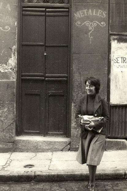 Amalia Avia ante uno de los escenarios madrileños que retrató.