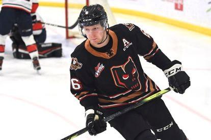 El jugador Luke Prokop durante un partido de la liga de hockey sobre hielo.