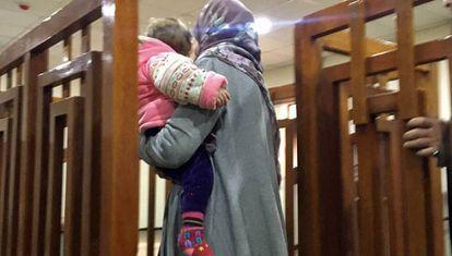 La francesa Melina Boughedir, detenida por pertenecer al ISIS, llega a un tribunal de Irak, junto a uno de sus hijos. Ha sido condenada a cadena perpetua.