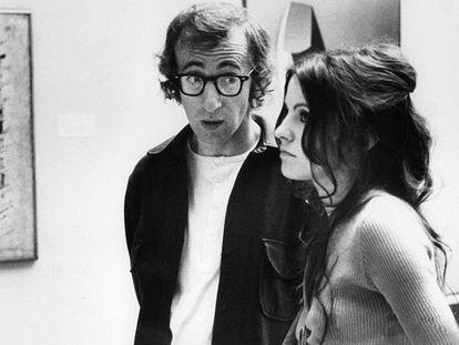 Escena de 'Sueños de un seductor', de Woody Allen, en la que la actriz Diana Davila aporta una interpretación nihilista y hasta suicida de un cuadro de Pollock.
