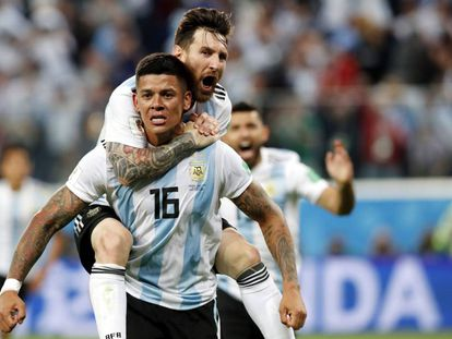 Messi se cuelga de Marcos Rojo para celebrar el gol de Argentina.