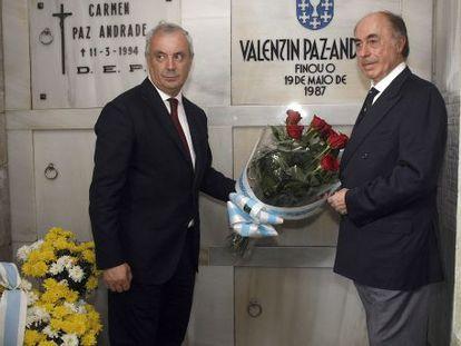 Pachi Vázquez (izquierda) y Alfonso Paz-Andrade durante una ofrenda floral en la tumba del padre de este último.