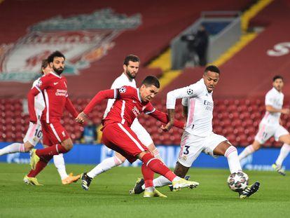 Firmino dispara ante Militão, con Salah y Nacho tras ellos.