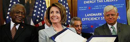 La demócrata Nancy Pelosi posa con el plan de rescate aprobado en el Congreso de Estados Unidos poco después de su votación definitiva