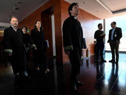 Magistrados de la JEP llegan a la audiencia contra El Pais en la sede del tribunal.