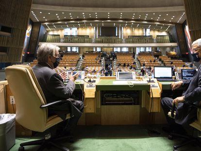 El secretario general de la ONU, António Guterres (a la izquierda) habla con el presidente de la Asamblea General, Volkan Bozkir, en una de las cabinas de la Asamblea en la sede de Nueva York el 21 de septiembre de 2020.