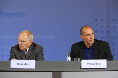 Los ministros de Hacienda de Alemania, Wolfgang Schäuble, y de Grecia, Yanis Varoufakis, en una rueda de prensa el pasado 5 de febrero en Berlín.